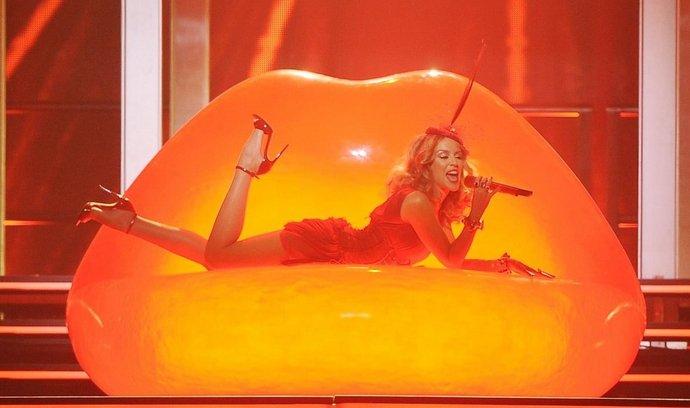 Australská popová hvězda vystoupí 21. října v pražské O2 Aréně, kam přiveze nespočet sexy kostýmů a polonahých tanečníků. Během vystoupení bude dokonce zpívat z vany plné pěny.