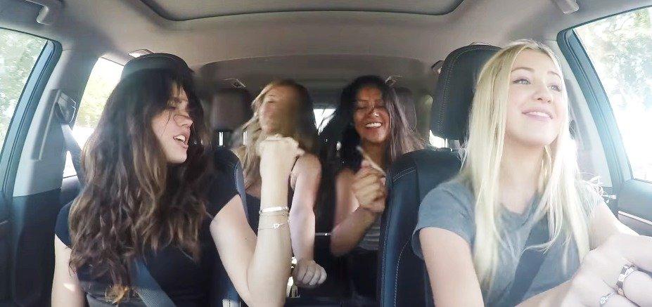 Karaoke v autě.