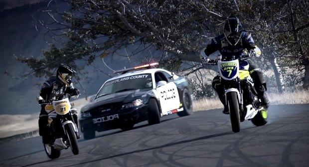 Drift je zisk. Policejní auto se prohání s motorkami o závod