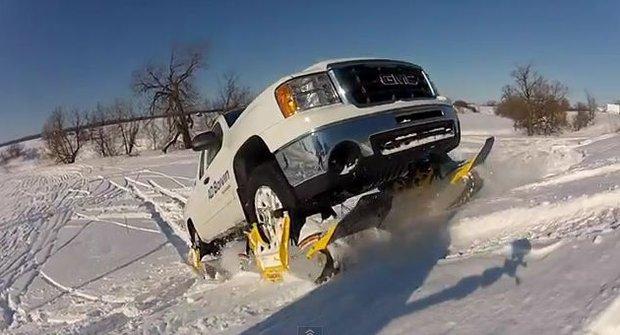 Moderní vynálezy: S instantními sněžnými pásy se auto dostane všude