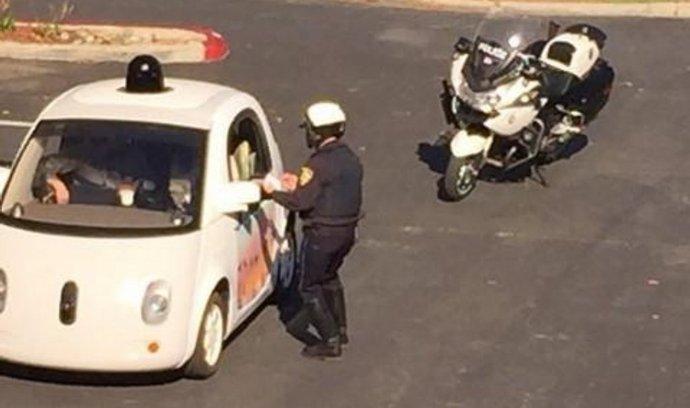 Autonomní vůz Googlu zastavila policie. Jel moc pomalu a blokoval provoz