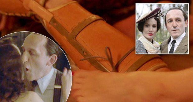 V milostné scéně Lídy Baarové a Josepha Goebbelse v Renčově filmu je prý navíc Goebbelsovo kopyto. On si ho prý do postele sundaval.