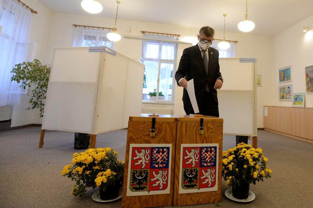 Premiér Andrej Babiš odevzdal v Průhonicích u Prahy svůj hlas v krajských volbách (2. 10. 2020)