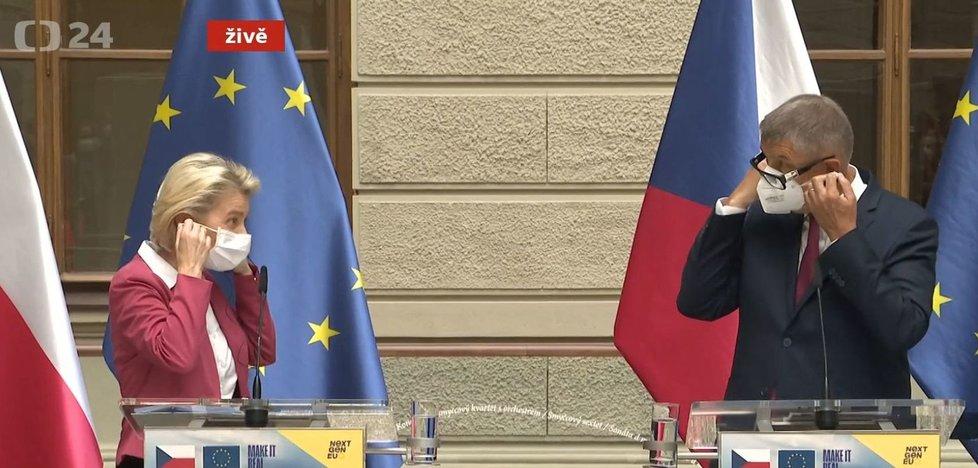 Šéfka Evropské komise Ursula von der Leyenová a premiér Andrej Babiš (ANO) při trapasu s respirátory