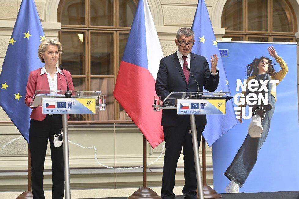 Předsedkyně Evropské komise Ursula von der Leyenová a premiér Andrej Babiš (ANO) vystoupili na tiskové konferenci 19. července 2021 v Praze.