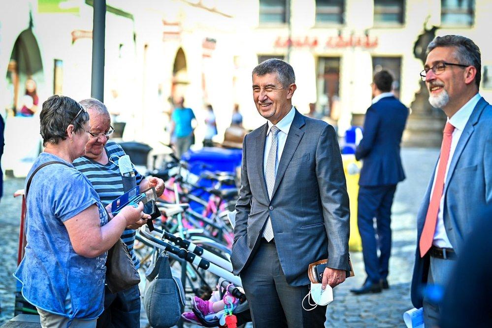 Premiér Andrej Babiš sundal při návštěvě Olomouce po dlouhé době na veřejnosti respirátor (10. 6. 2021)