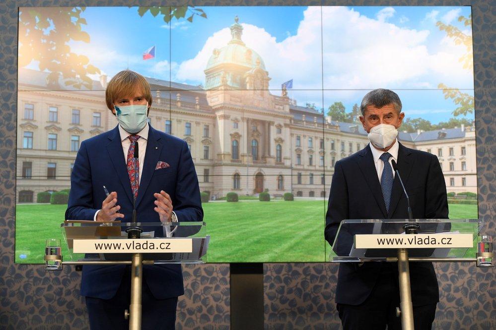 Adam Vojtěch (za ANO) a Andrej Babiš (ANO) na tiskové konferenci (14. 9. 2020)