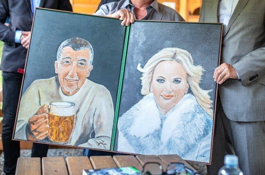 Babiš se v Plzni pochlubil portréty od fanouška a strhla se mela!