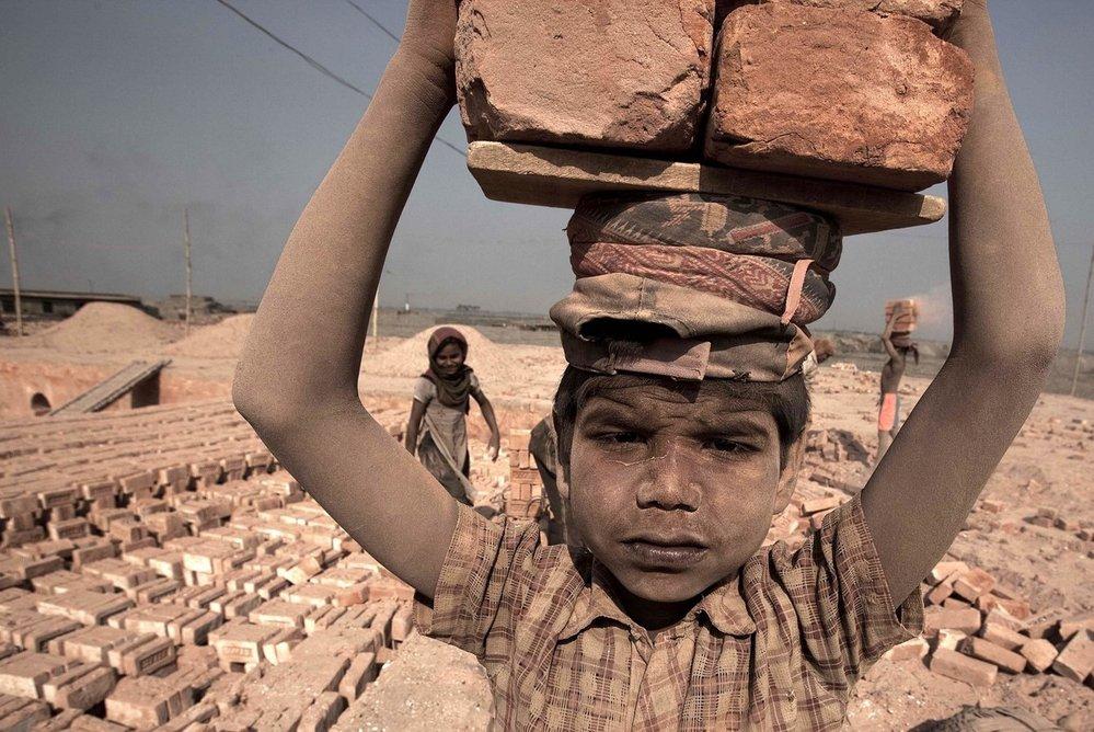 Mnoho dětí pracuje v kamenolomech.