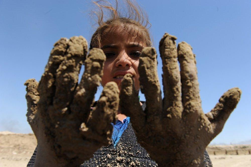 Děti se nebojí ušpinit si kvůli práci ruce.
