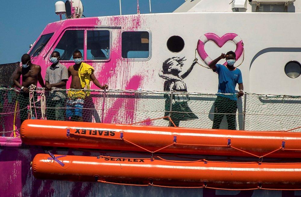 Banksyho loď ve Středomoří volala o pomoc po záchraně migrantů. (29. 8. 2020)