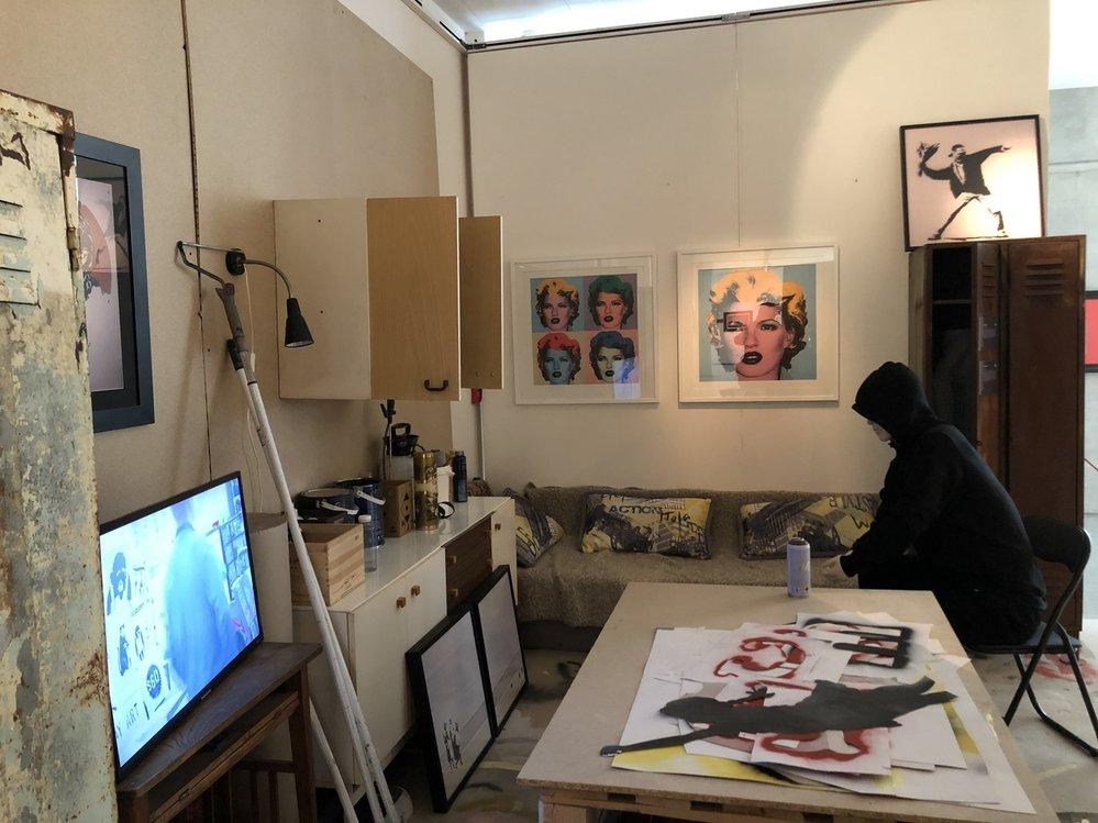 Výstava v Mánesu ukazuje nejznámější Banksyho díla. Jsou to však kopie