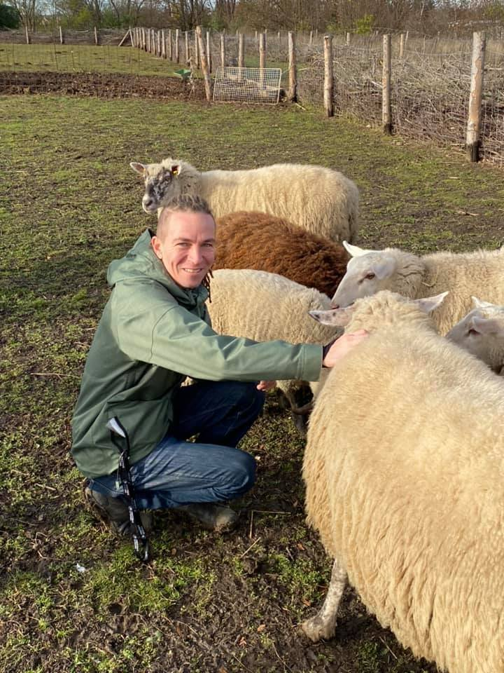 Ivan Bartoš s ovcemi