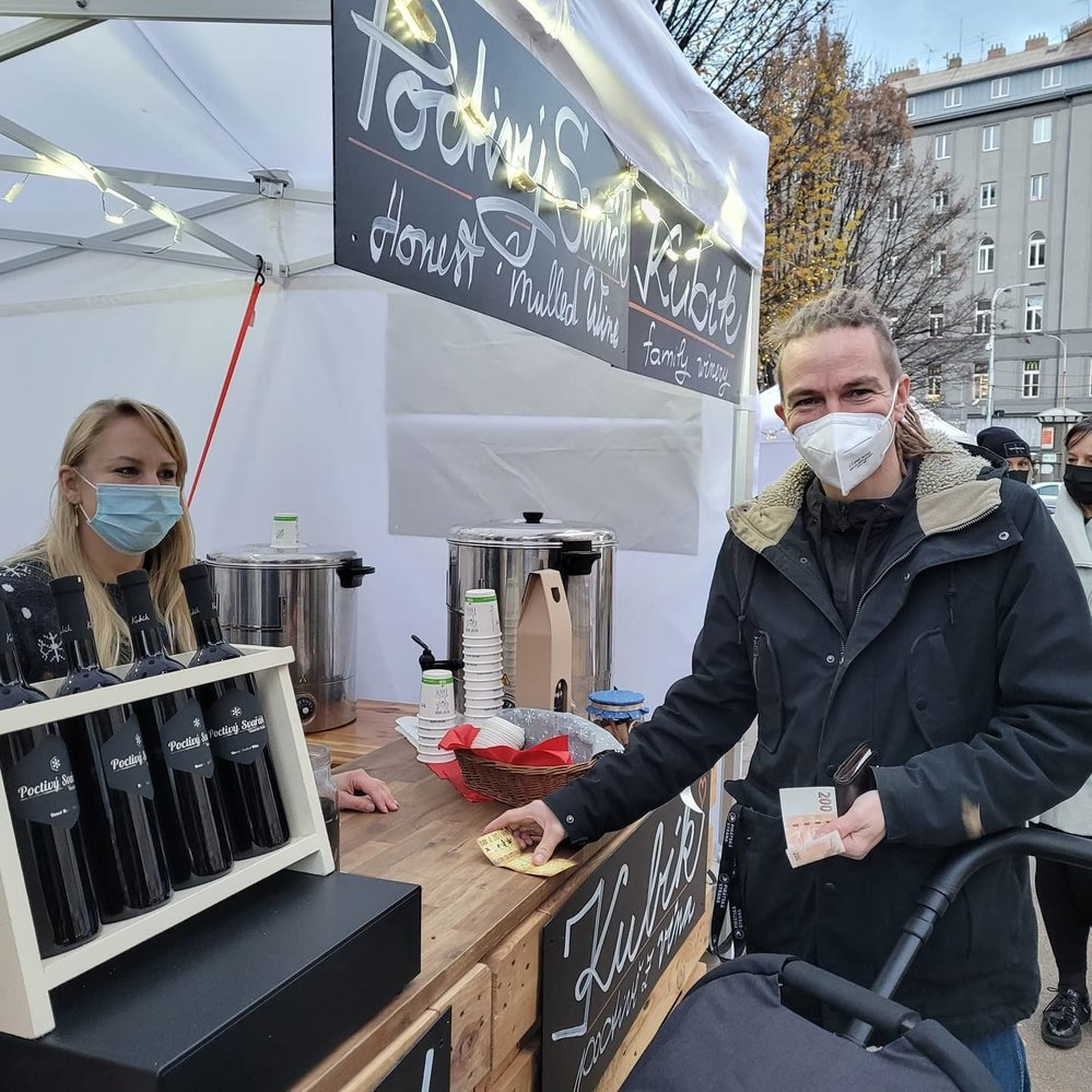 Předseda Pirátů při nákupu vína na trzích na Tylově náměstí v Praze