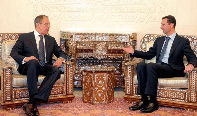 Bašár Asad (vpravo) s ruským ministrem zahraničí Sergejem Lavrovem