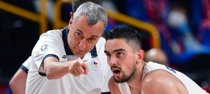 Trenér Ronen Ginzburg a Tomáš Satoranský během olympijského turnaje v Tokiu