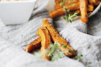 Sladké brambory: Recept na pečené v troubě, pyré i lívance se slaninou a javorovým sirupem