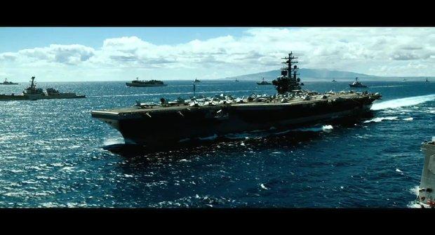 Druhá upoutávka na Bitevní loď exploduje jako Transformers u moře