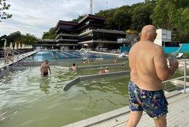 Potěmkinův bazén podruhé: Měsíc od otevření je v horším stavu. Dělníci se mísí s…