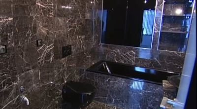 I koupelny si Zuzana Belohorcová přála v tmavých barvách.
