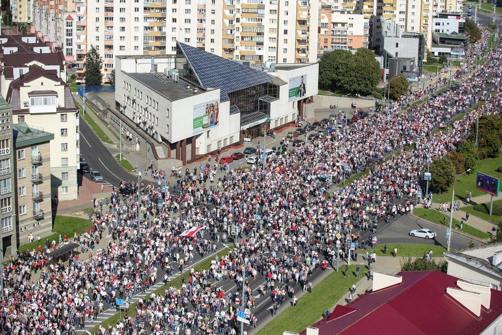 Protivládní protest v běloruském Minsku. Účastnilo se ho zhruba 100 tisíc lidí (13. 9. 2020)