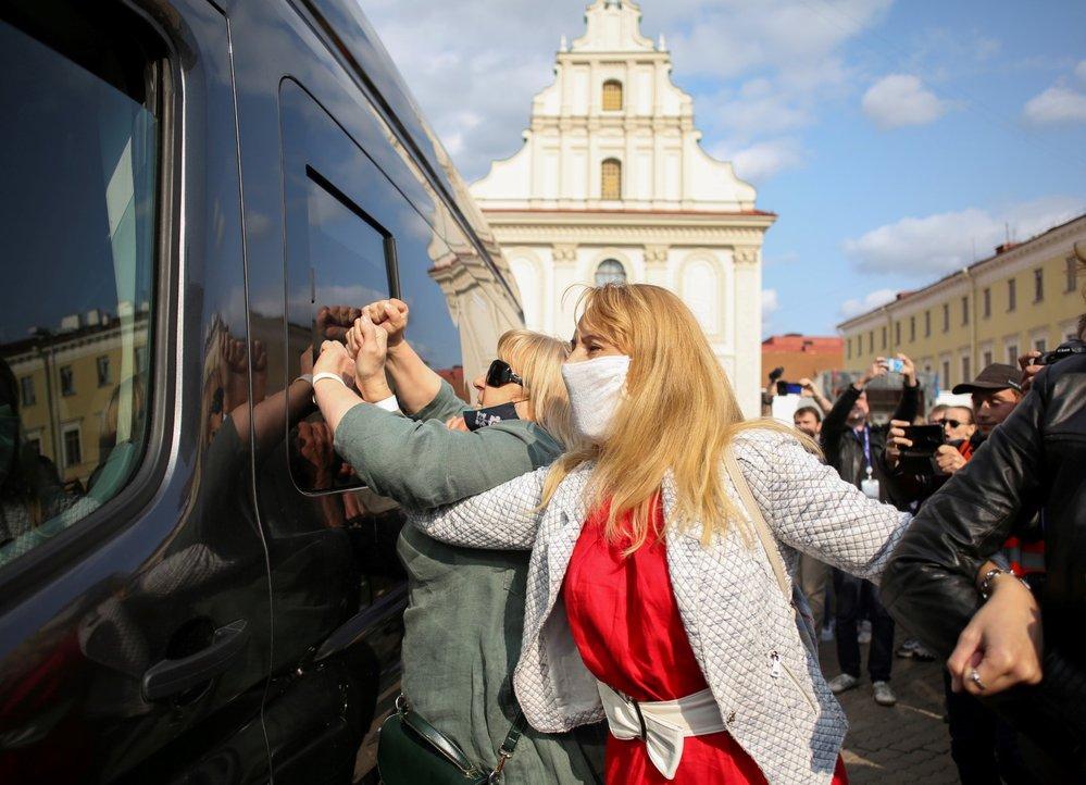 Protest žen v Bělorusku proti prezidentovi Alexandru Lukašenkovi skončil zatčením desítky z nich (12. 9. 2020)