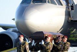 Ostatky prezidenta Zemana byly do Brna přepraveny letecky. Sarkofág by se do auta…