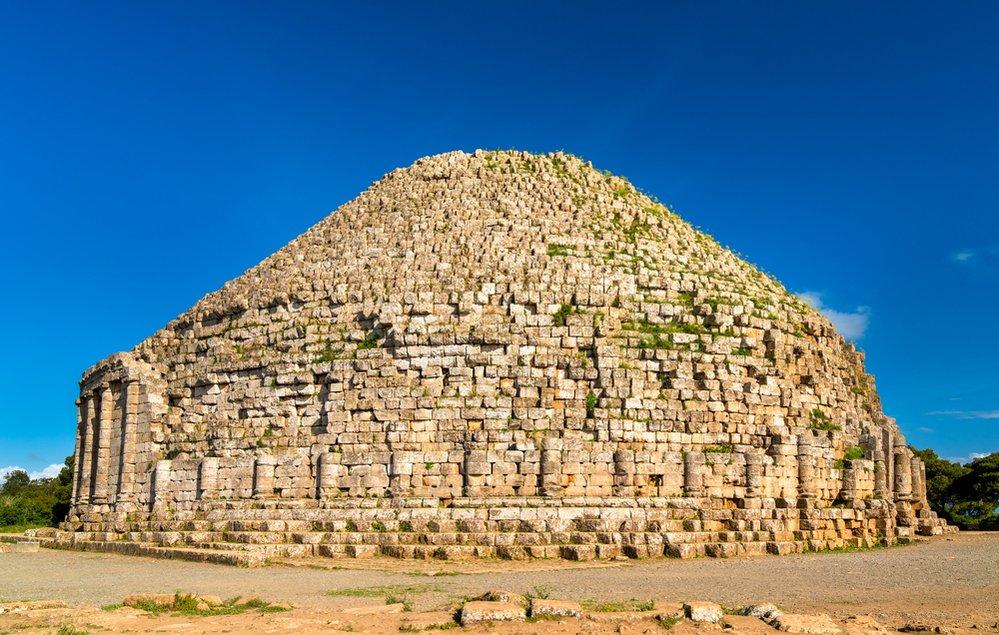 Královské mauzoleum Mauretánie: Na severním pobřeží Alžírska, padesát kilometrů západně od hlavního města Alžír, stojí jedno z nejvýznamnějších starověkých pohřebních míst v zemi – Královské mauzoleum Mauretánie. V této hrobce byli pohřbeni král Juba II. a královna Kleopatra Seléné II., klientští panovníci římských provincií Numidie a Mauretania Caesariensis z 1. století př. n. l. Ostatky pochovaných však dnes v kruhové budově nenajdete, neboť hrobka byla pravděpodobně vykradena.