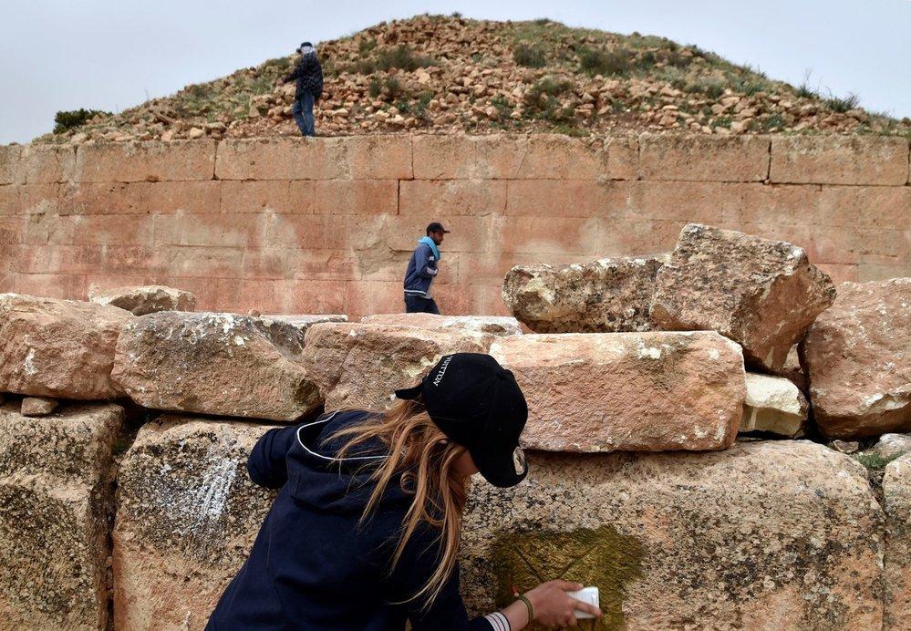 Jedars: V severním Alžírsku, zhruba 250 kilometrů jihozápadně od města Alžír, najdeme na dvou sousedících kopcích skupinu třinácti tajemných pyramid. Tato mauzolea byla vystavěna mezi 4. a 7. stoletím n. l., tedy v éře politických otřesů, mezi které se řadí rozpad Západořímské říše, vpády Vandalů a Byzantinců a počátek arabských invazí. Není však jisté, kdo byl v těchto kobkách pohřben. Největší z pyramid má 16 metrů na výšku a strana čtvercové podlahy je dlouhá 46 metrů – tento půdorys odlišuje tyto stavby od hrobek typu bazina, které v jiných ohledech připomínají. Na kamenných překladech vnitřních dveří se do dneška zachovaly vytesané křesťanské motivy. Jedná se tak o unikátní příklad původní berberské architektury obohacené o římské techniky a křesťanskou ikonografii.