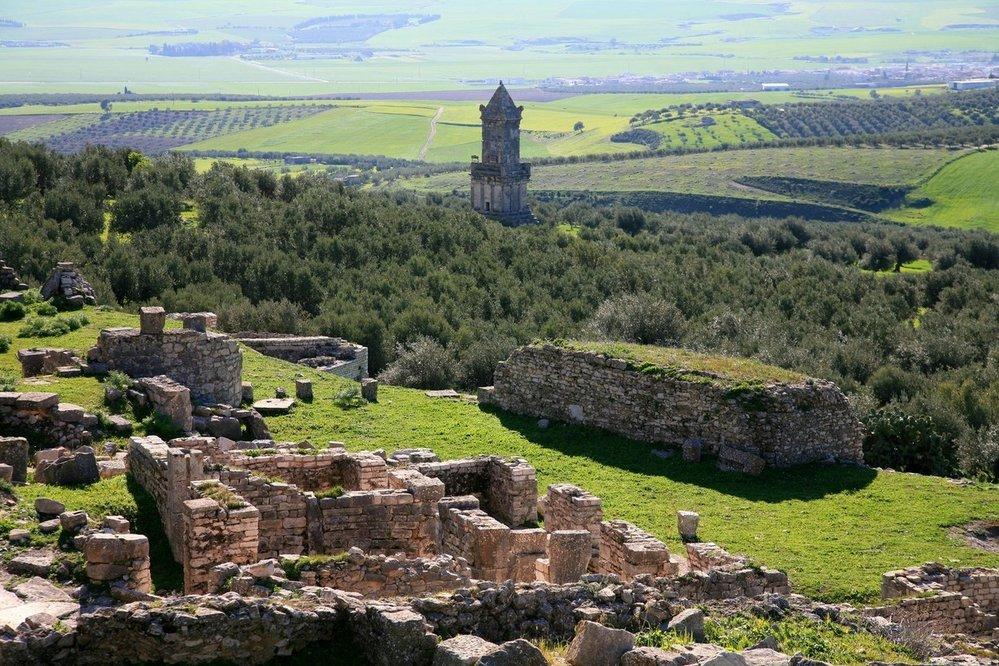 Libyjsko-punské mauzoleum v městě Dougga: Mauzoleum v tuniském městě Dougga je dalším z malého množství dobře zachovalých příkladů architektury z období berberského království Numidie. Jednadvacet metrů vysoká stavba sestává ze tří segmentů na podstavci čítajícím pět schodů. Na vnější fasádě je k vidění několik zachovalých sochařských elementů, jmenovitě griffonové a válečný vůz. Vstupní otvor vede do pohřební komory. Dvojjazyčné numidské a punsko-libyjské nápisy pocházející z mauzolea pomohly k rozluštění numidské abecedy. Dnes jsou tyto inskripce v držení Britského muzea.