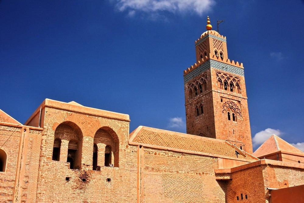 Mešita Kutubíja: Islám je nedílnou součástí historie Berberů. Ve 12. století došlo na území dnešního Maroka k rebelii proti vládnoucí dynastii Almorávidů. Almohadové, původně náboženská sekta, pokládali Almorávidy za heretiky. Když v roce 1147 Almohadové dobyli Marrákeš, zničili almorávidské náboženské monumenty a vystavěli nové. Mešita Kutubíja, jejíž dnešní podoba je její druhou verzí z roku 1158 s minaretem z roku 1195, je skvělým příkladem almohadské a obecně marocké architektury mešit. Minaret vysoký 77 metrů je zdobený geometrickými motivy a je považován za symbol Marrákeše.