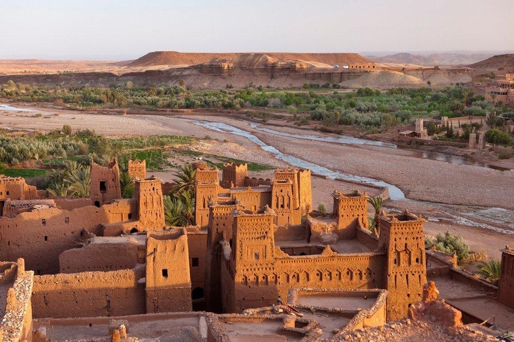 Ait Ben Haddou: Jedinečný příklad berberské opevněné vesnice typu ksar najdeme jen několik málo kilometrů západně od Warzazátu. Pevnost Ait Ben Haddou stojí u řeky Ounila na bývalé trase karavan mezi Marrákešem a Saharou. Původní opevnění bylo zřízeno v 11. století během vlády dynastie Almorávidů. Většina dnešních budov byla postavena po roce 1600, avšak zřejmě za využití původních technik. Základním stavebním prvkem je jíl. V jádru vesnice je podobně jako ve Warzazátu k vidění dominantní kasba.