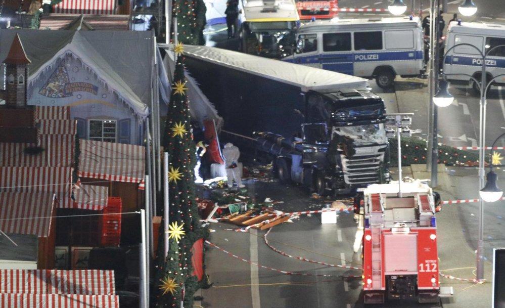 Uprchlík s kamionem najel do davu v Berlíně. Na vánočních trzích zabil minimálně 12 lidí