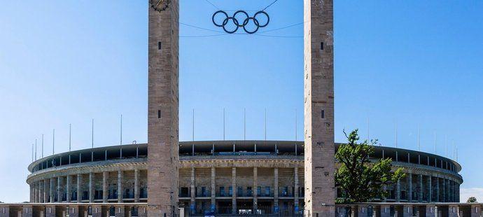 Monumentální stadion v Berlíně pro více než 80 tisíc lidí nechal vystavět kvůli olympiádě v roce 1936 sám Hitler, který chtěl využít Hry pro své propagační účely. Ačkoliv se po konci 2. světové zvažovalo jeho zbourání, stadion byl nakonec zachován a dodnes hostí celou řadu prestižních sportovních i kulturních akcí.