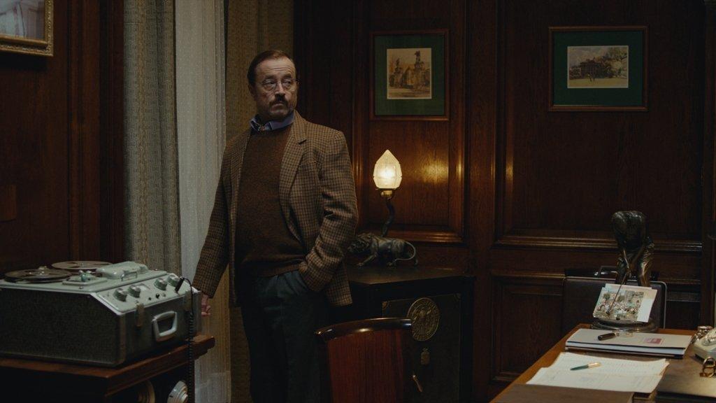GERALD (DAVID NYKL) - Pracovník britského ministerstva zahraničí se zvláštním posláním. Po mamince napůl Čech. Viktorův přítel.
