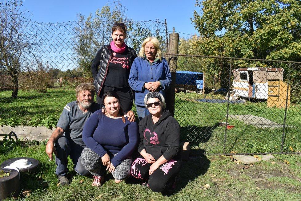Manželé Míša (49, vpravo nahoře) a Milan (54) s dobrovolnicemi.