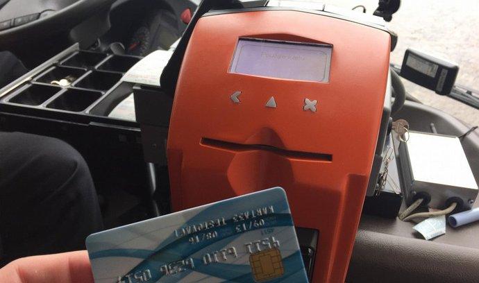 bezkontaktní karta a terminál v autobusu - ilustrační foto