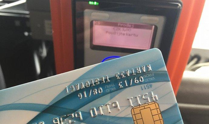 bezkontaktní karta a terminál v autobusu