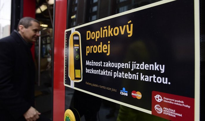 bezkontaktní platby v tramvaji v Praze