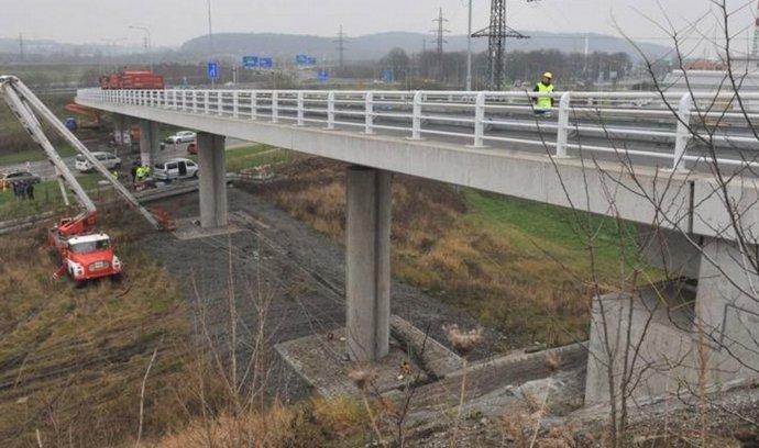 Bezpečně mohou po sjezdu z ostravské D47 jezdit jen osobní auta a dodávky. Potvrdily to 28. listopadu zátěžové zkoušky, které na dálničním přivaděči provedli pracovníci německého certifikačního sdružení TÜV.