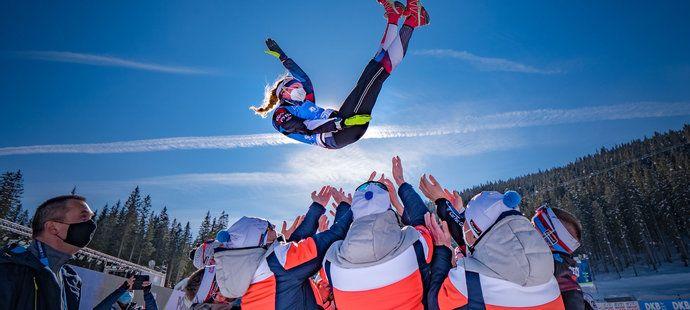 Šéf českého biatlonu JIří Hamza (vlevo) sleduje, jak mistryně světa Markéta Davidová létá do vzduchu nad hlavy svých reprezentačních parťáků...