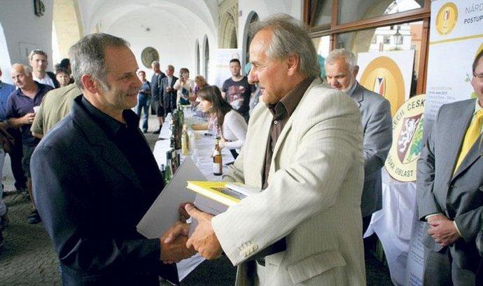 Bílé prvenství. Starosta Litoměřic Ladislav Chlupáč (vpravo) předává titul Šampiona Františku Kupsovi, řediteli Žernoseckého vinařství, za Tramín červený, pozdní sběr 2009