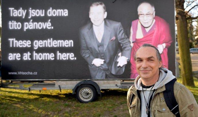Billboard s tibetským dalajlamou a bývalým prezidentem Václavem Havlem, který v Praze nechal umístit Spolek pro výstavbu sochy Václava Havla. Na snímku předseda spolku Petr Dauš.