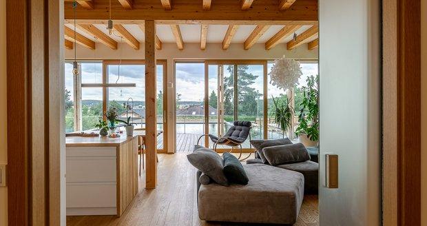 Díky velkoformátovým oknům se podařilo maximálně propojit interiér domu se zahradou.