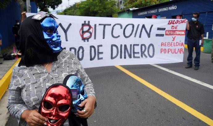 Salvador přišel jako první stát na světě s tím, že udělá z bitcoinu národní měnu. Část občanů proti plánu protestovala.