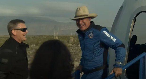 Jeff Bezos a Blue Origin dobyli hranici vesmíru