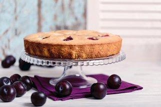 Recepty ze sladkých blum: Koláč, salát s mozzarellou i čatní k sýrům