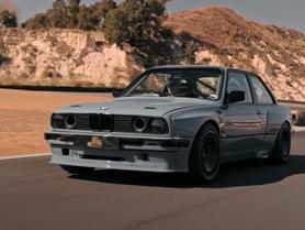 BMW E30 dostalo agresivní body kit a netradiční motor. Pod kapotou má V8 od Toyoty