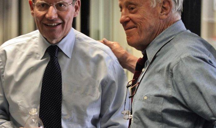 Bob Woodward (vlevo), jeden z hlavních strůjců aféry Watergate, a Ben Bradlee (vpravo)