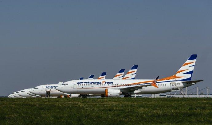 Boeingy 737 MAX aerolinek Smartwings zatím ještě stojí na odstavné ploše pražského letiště.